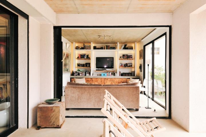 Terraza con puertas deslizantes de vidrio